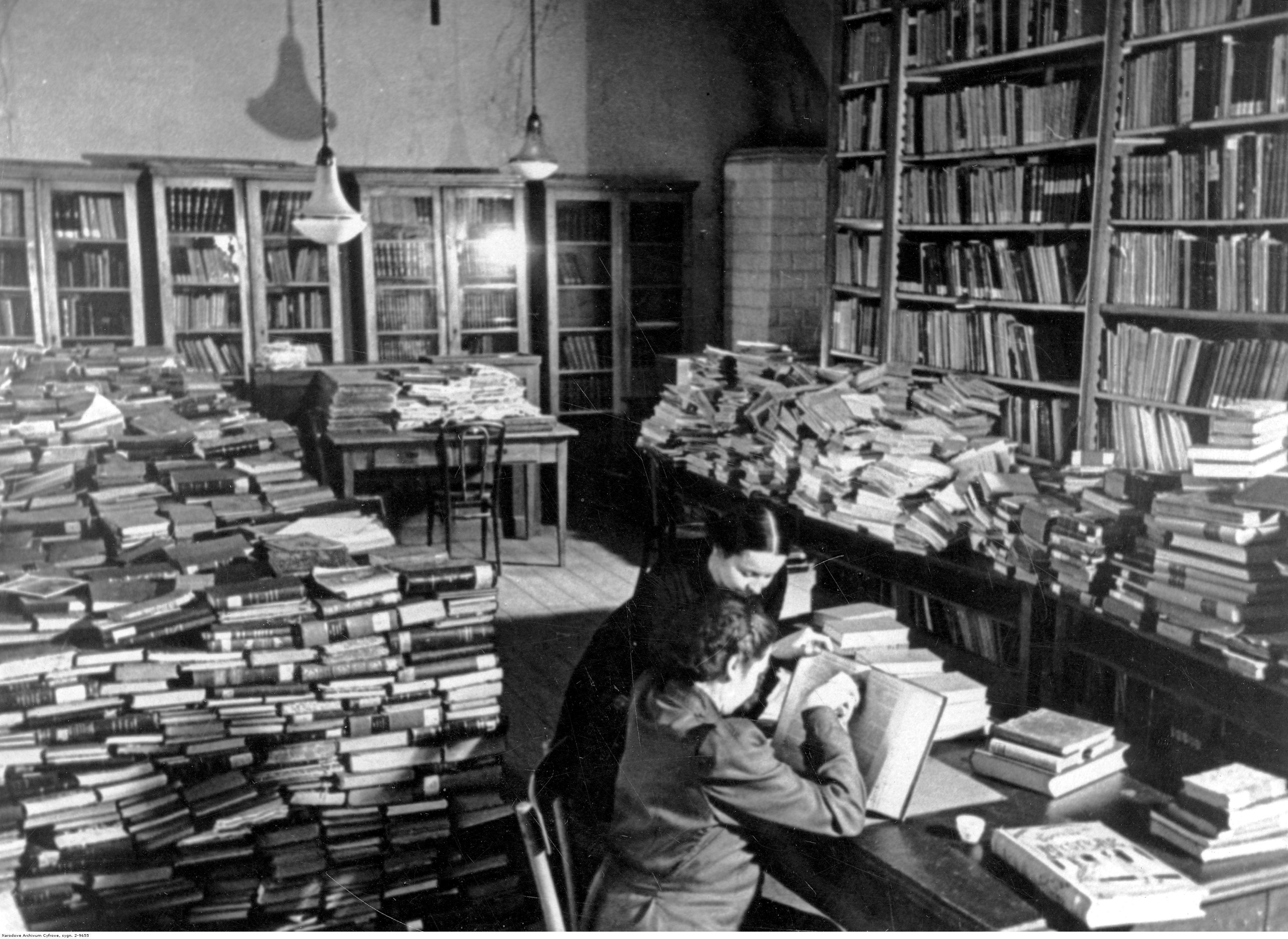 Katalogowanie i układanie książek na regałach według układu rzeczowego. Między 1939 a 1945.